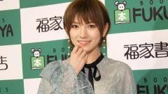 AKB48岡田奈々:透け感ミニスカファッションで春の装い 爽やかに脚見せ