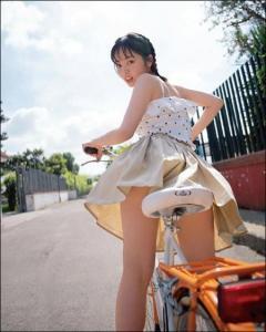 欅坂46・今泉佑唯 自転車にまたがってパンチラ寸前の奇跡の一枚