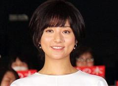木村文乃:白トップス×プリーツスカートでシンプル春コーデ