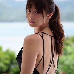 「もはや女神」深田恭子 美背中と二の腕を大胆露出!
