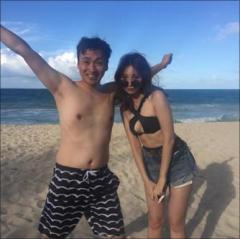 小嶋陽菜、久々のセクシー水着姿で横乳チラリ!
