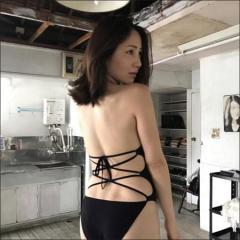 吉川友、久々のセクシーショットで水着姿を披露