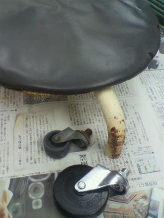 P1005842コロコロ椅子の修理