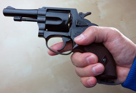警察官 コンビニに拳銃忘れる