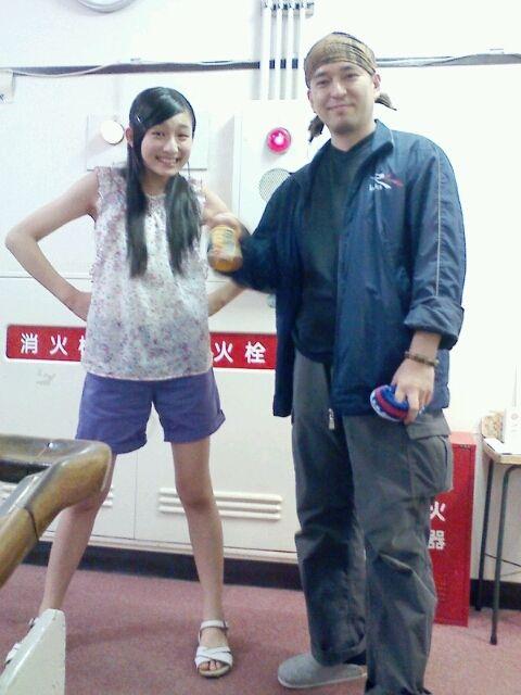 腰に手を当てている吉田里琴
