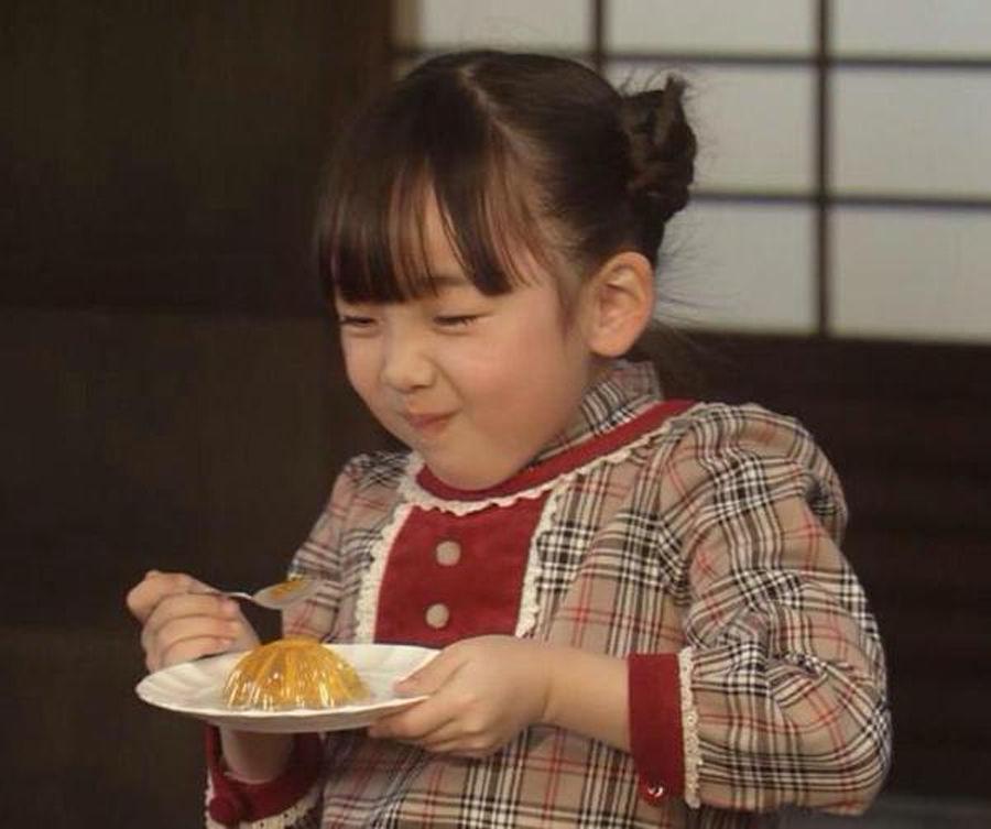 何かを食べる横溝菜帆
