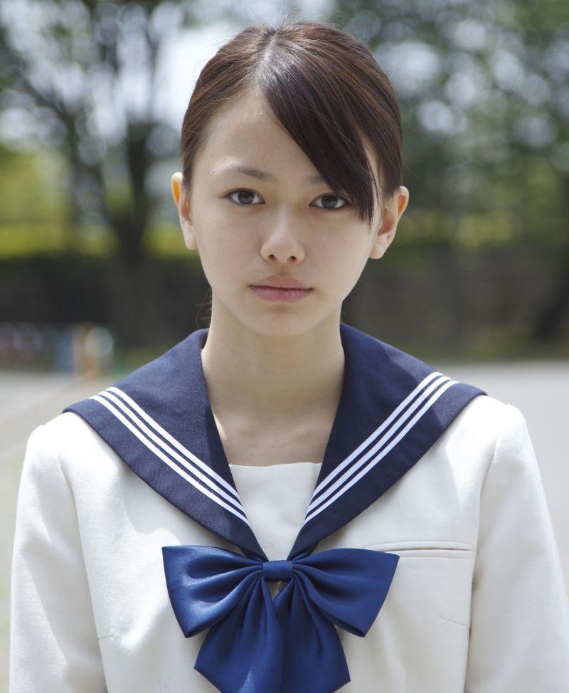 制服姿の黒崎レイナさん