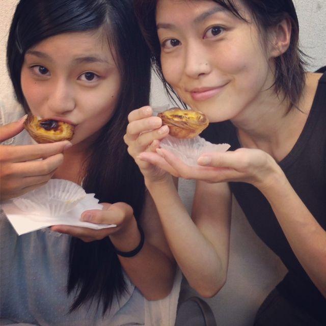 お菓子を食べる吉田里琴