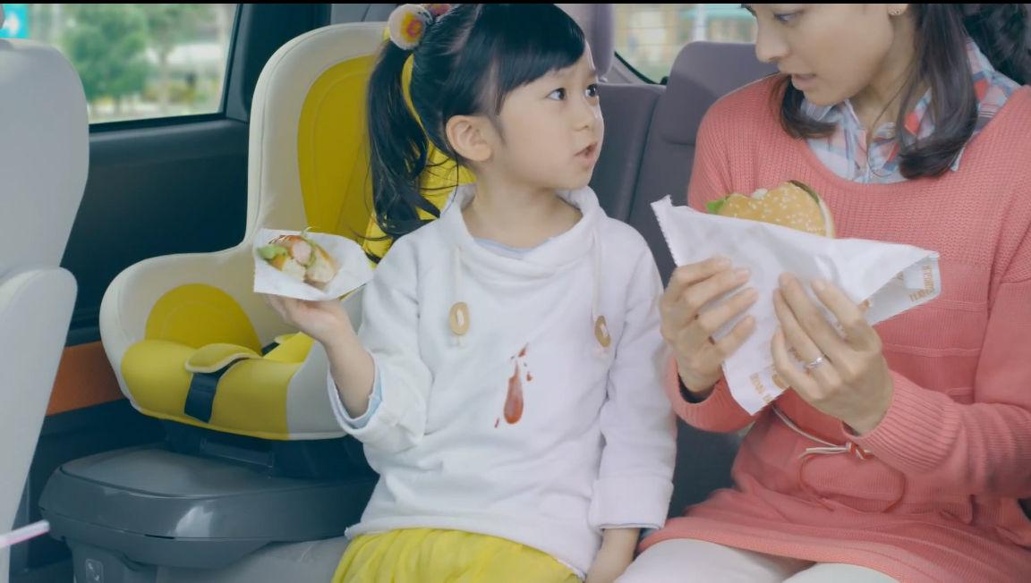 ハンバーガーを食べる横溝菜帆