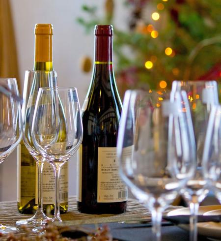 クリスマスツリーと赤ワインと白ワイン