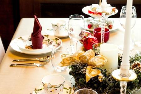 クリスマスディナーとワイングラス