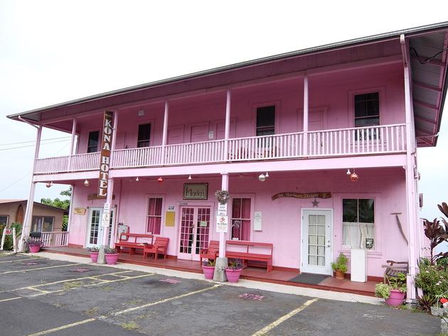 少し歩くとピンクのホテルがあったり、