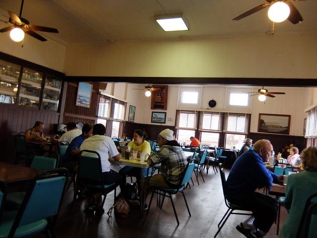 朝食はマナゴホテルへ。早朝から地元客で賑わう人気店