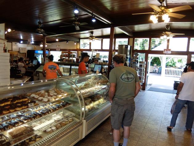 マラサダを中心にパンやスイーツが大量に並んでおりました