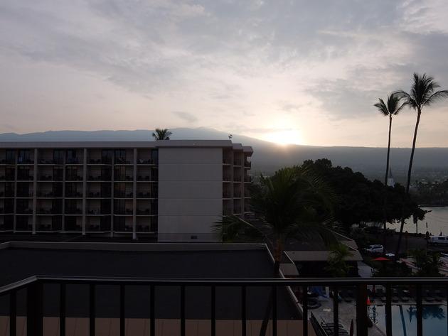 この旅の定番となったマウナ・ロア山から昇る朝日@コートヤード キング カメハメハズ コナ ビーチ ホテル