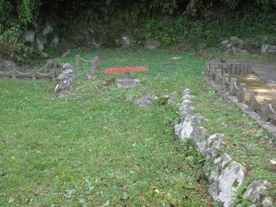 横ズレ移動した水路の石垣