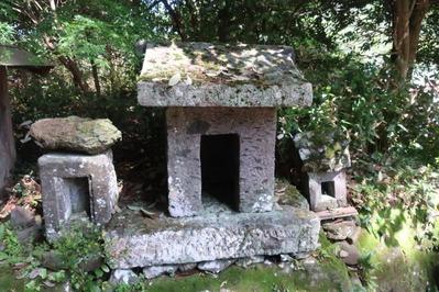 山神神社境内の風祭石の祠