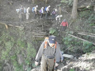 露頭への山道