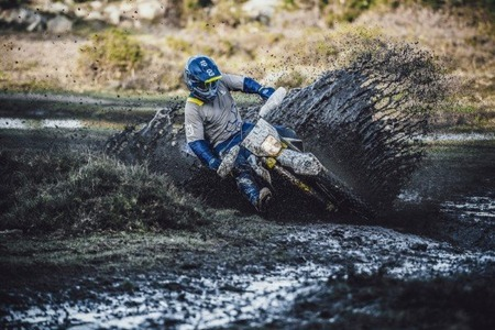 2.enduro21-action01