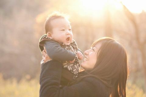 赤ちゃんを抱っこする井上真央