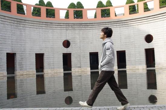 公園を歩く男性