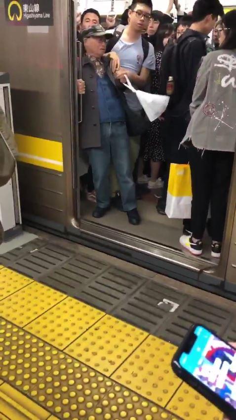 老人 地下鉄発車妨害
