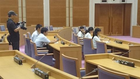 県議会 議員席で緊張した様子のメンバー16,10,28,1賀茂川