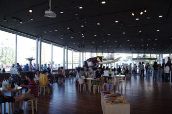 横浜みなとみらいにあるカフェ「象の鼻カフェ」の店内