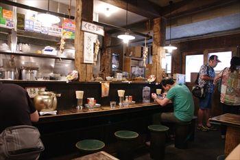 横浜センター北にあるラーテン店「くじら軒」の店内