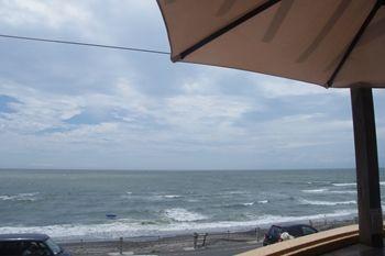 七里ヶ浜にあるカフェ「@Leaf Cafe(アットリーフカフェ)」の景色