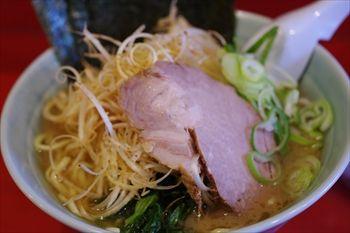横浜東神奈川にあるラーメン店「おーくら家」のネギラーメン