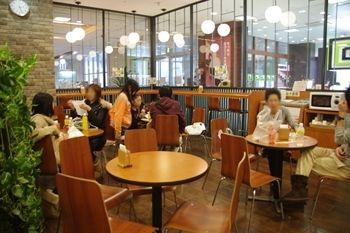 横浜センター北にあるパン屋さん「フルリール」の店内