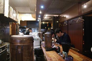 横浜にある家系ラーメン店「鶴一家」の店内
