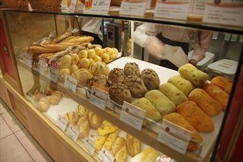 横浜元町にあるパン屋「パン オ トラディショネル」の店内