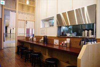 横浜みなとみらいにあるラーメン店「麺屋 甍」の店内