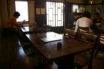 横浜菊名にある「手打ちうどん 國庵」の店内
