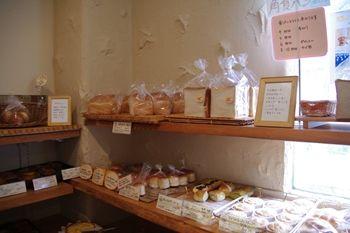 横浜中川にあるパン屋「パン工房 Juneberry」の店内