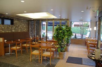 横浜あざみ野にあるカフェ「プチゾウ(Petit Zou)」の店内