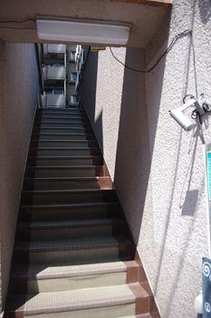 横浜元町中華街にある「ビストロイージーリビング 」の階段