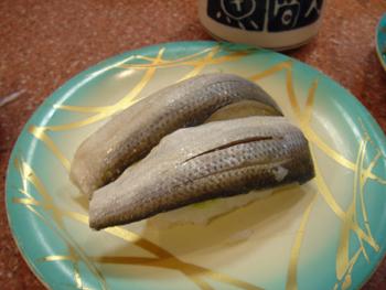 横浜相鉄ジョイナスの回転寿司「魚敬」のコハダ