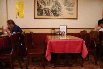 新横浜にある中華料理店「芳香園」の店内