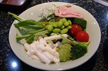 川崎駅にある焼き肉店「あみやき亭」のサラダ