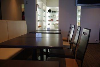 横浜日本大通りにあるカフェ「G+(ジープラス)」の店内