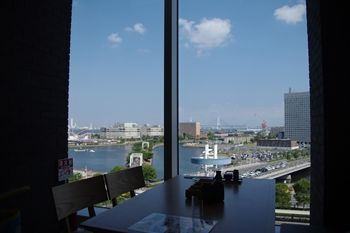 横浜桜木町のコレットマーレにあるレストラン「銀のつぶら」の眺め