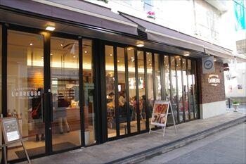 横浜元町にある食パン専門店のカフェ「レブレッソ」の外観