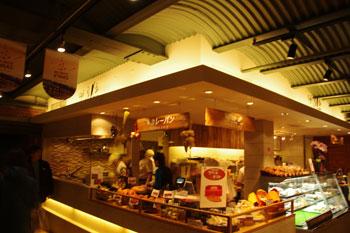 横浜赤レンガ倉庫にあるカレーパンのお店「カフェ ベルベ」