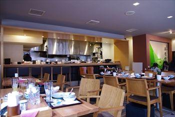横浜関内にある定食屋「オホーツク美幌食堂」の店内