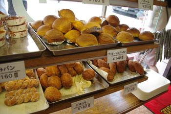 横浜元町にある老舗パン屋さん「ウチキパン」の店内