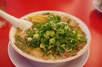 横浜都筑区にあるラーメン店「ラーメン魁力屋」の特製醤油肉入りラーメン