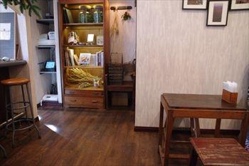 横浜白楽にあるカフェ「ル・ミトロン カフェ」の店内